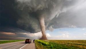 membuat-angin-tornado-dalam